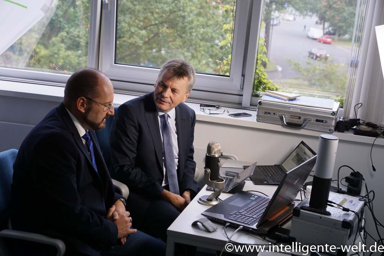 Gerhard Grünig, Chefredakteur der Fachmagazine Verkehrsrundschau und Trucker, erläuterte der Intelligenten Welt Hintergründe zum Nutzfahrzeug- und Logistik-Markt.