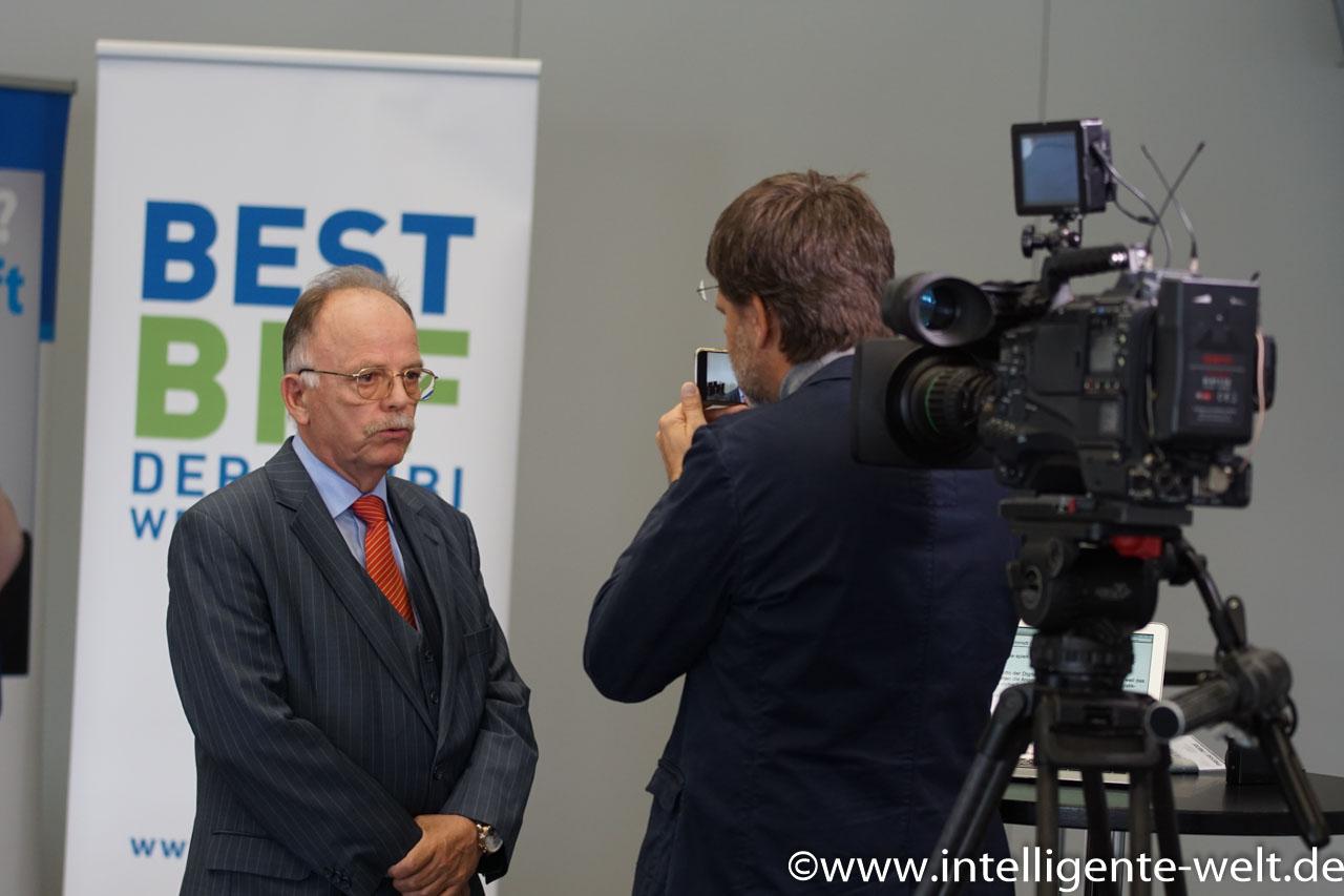 Prof. Dr. Karlheinz Schmidt, Hauptgeschäftsführer des Bundesverbandes Güterkraftverkehr Logistik BGL im Gespräch mit der Intelligenten Welt.