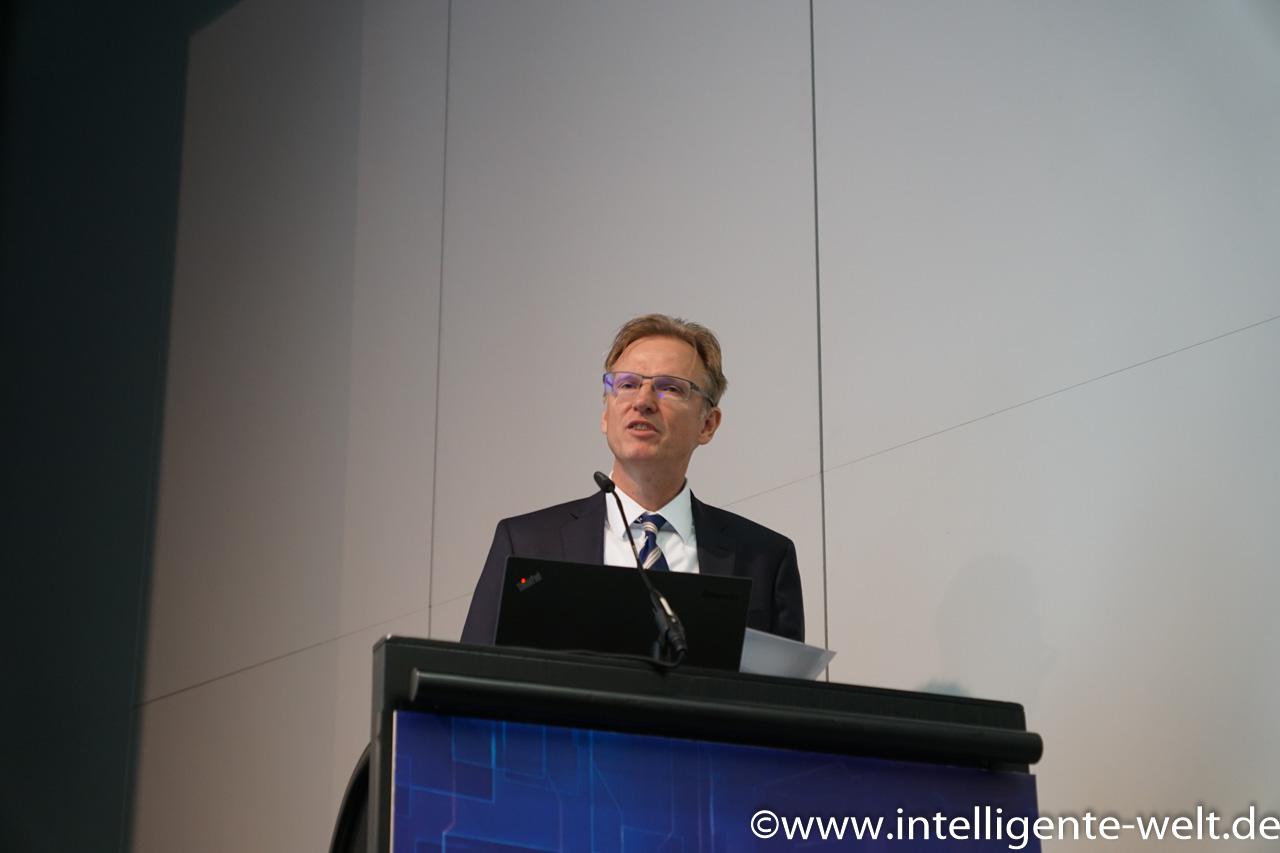 """Dr. Gerhard Schulz, Leiter der Abteilung Grundsatzangelegenheiten im Bundesverkehrsministerium, beim Symposium """"Ausbildung in der Transport-und Logistikbranche""""."""