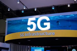 5G erfordert eine komplett neue Kommunikationsinfrastruktur und wirkt sich daher nicht nur aufs Mobilfunknetz, sondern auch aufs Festnetz aus.