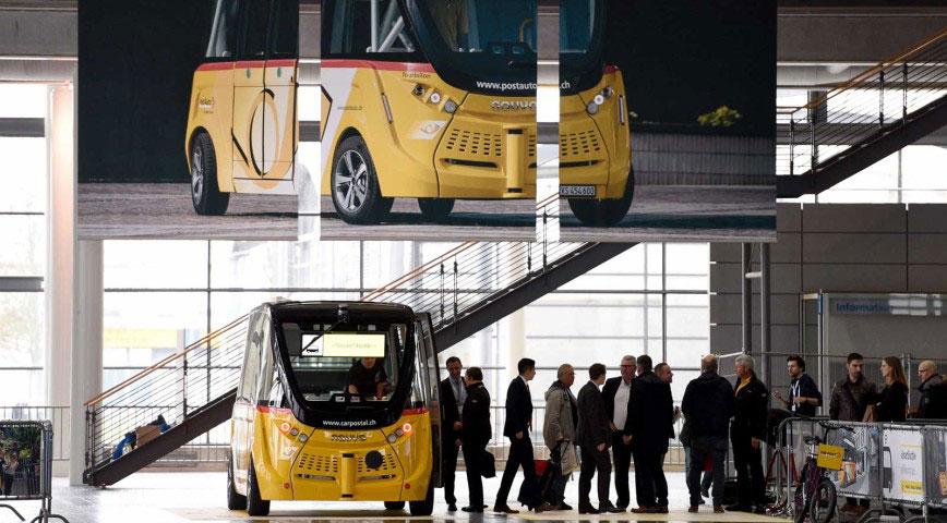 In Halle 13 auf der CeBIT 2017 konnten Messebesucher den autonomen Bus der Schweizer Post selbst ausprobieren.