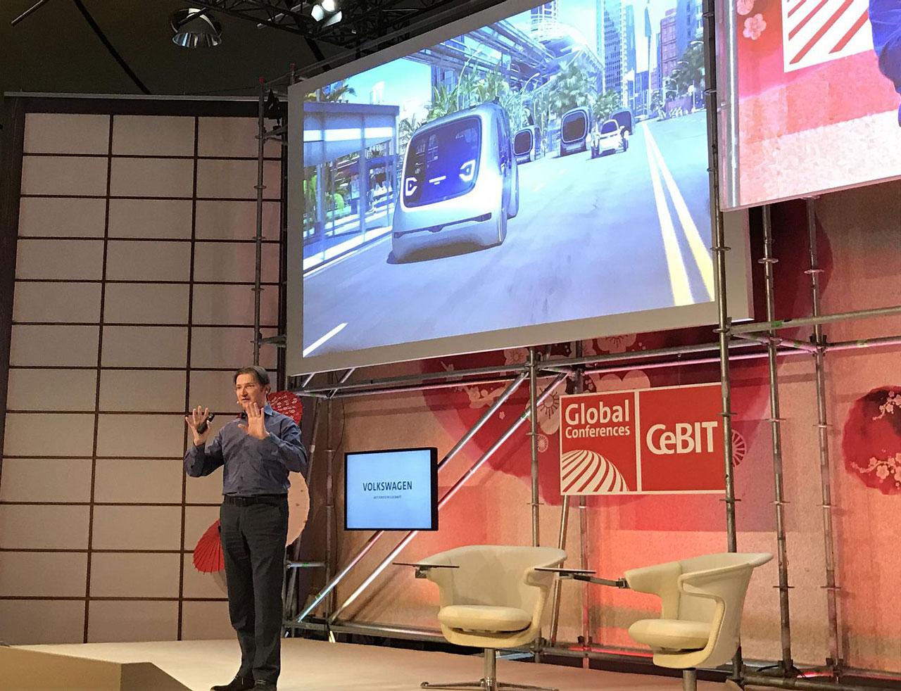 Volkswagen stellte auf der CeBIT 2017 unter anderem ein Konzept vor, bei dem Supercomputer komplexe Verkehrsströme dirigieren.