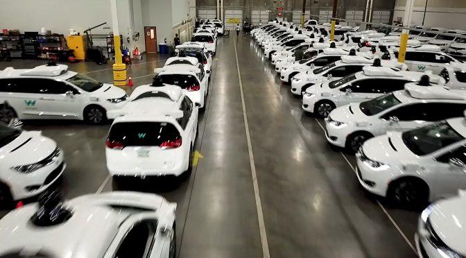 Fahrerlose Autos in Wartestellung: Die Flotte von Waymo.