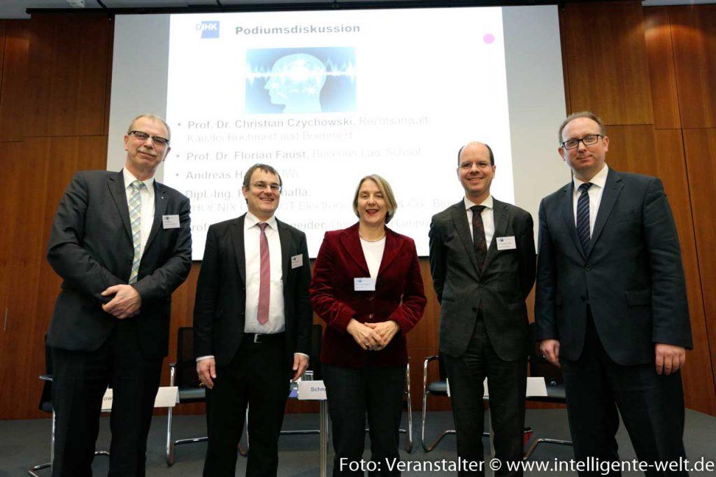 """Die Diskutanten der Podiumsdiskussion Datenökonomie - """"wem gehören die Dazen?"""" beim, DIHK / Foto: Jens Schicke"""