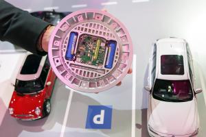 Der Bodensensor informiert per Narrowband-IoT über freie Parkplätze, die zugehörige Smartphone-App hilft dem Fahrer, den Stellplatz dann auch zu finden.