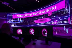 Security Operations Center wie hier der Deutschen Telekom überwachen den Datenverkehr im gesamten Netz. (C) Deutsche Telekom