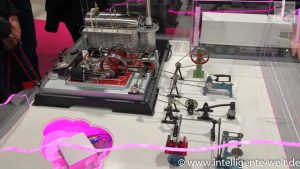 Die vernetzte Dampfmaschine auf der Hannover Messe schlägt den Bogen von Industrie 1.0 zu Industrie 4.0: Industrie 1.0 wird gemeinhin mit dem Beginn der Industrialisierung durch die Dampfmaschine gleichgesetzt. Bei Industrie 4.0 geht es um Vernetzung von Maschinen.