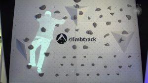 Anhand des Wearables am Handgelenk erkennt climbtrack die Position des Kletterers und kann ihm Vorschläge für seine Route in der Kletterwand machen.