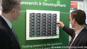 Dirk Weißer erklärt Hannes Rügheimer den Versuchsaufbau Bluetooth-Beacons zur Fahrgastinformation