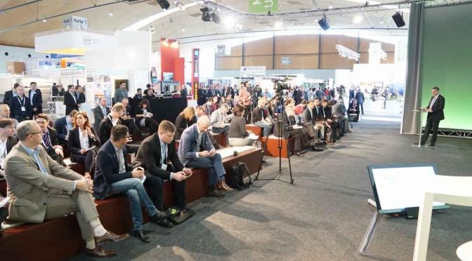 Gefüllte Zuschauerränger beim Bühnenmagazin der Intelligenten Welt auf der IT-TRANS in Karlsruhe