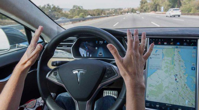 """Durch den tödlichen Tesla-Unfall, der sich im Mai in Florida ereignete, ist der als Software-Update bereitgestellte """"Autopilot"""" von Tesla in die Kritik geraten."""