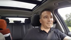 Während einer Autofahrt mit Christian Spanik berichtet Berthold Glass von seinen Erfahrungen aus Projekten zur Digitalisierung in Unternehmen.