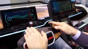 Durch Einklappen oder Einfahren des Lenkrads wird im Bosch Concept Car deutlich: Nun übernimmt das Fahrzeug die Fahraufgabe, der Fahrer kann sich anderen Dingen widmen.