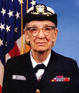 Computerfrau Grace Hopper (Januar 1984). (C) James S. Davis – U.S. Naval Historical Center Online Library Photograph NH 96919-KN (jpg), gemeinfrei, https://commons.wikimedia.org/w/index.php?curid=55260