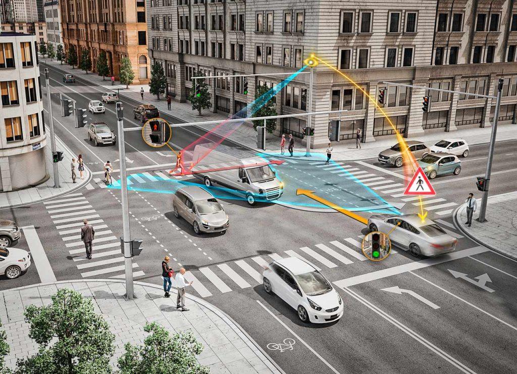 Wenn Hacker etwa in die Kommunikation auf vernetzten Kreuzungen eindringen, könnten sie schwerwiegende Unfälle verursachen.