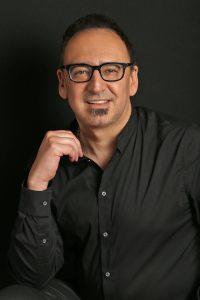 Dr. Leon R.Tsvasman forscht über kybernetische Erkenntnistheorie, anthropologische Systemtheorie und auf dem Gebiet der Informationswissenschaft.
