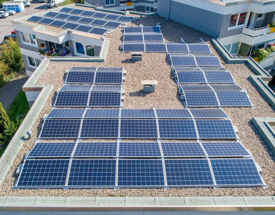 Digitalisierung zum Schutz der Umwelt und zur Steigerung der Nachhaltigkeit kann auch bessere Geschäfte bedeuten: Mit Künstlicher Intelligenz identifiziert die Versicherungskammer Bayern Solaranlagen auf Dächern.