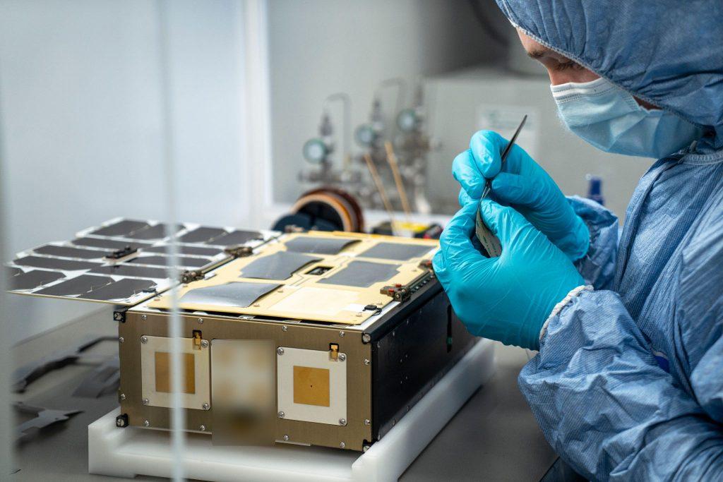 Fertigung des OQ-Tiger-2 Satelliten