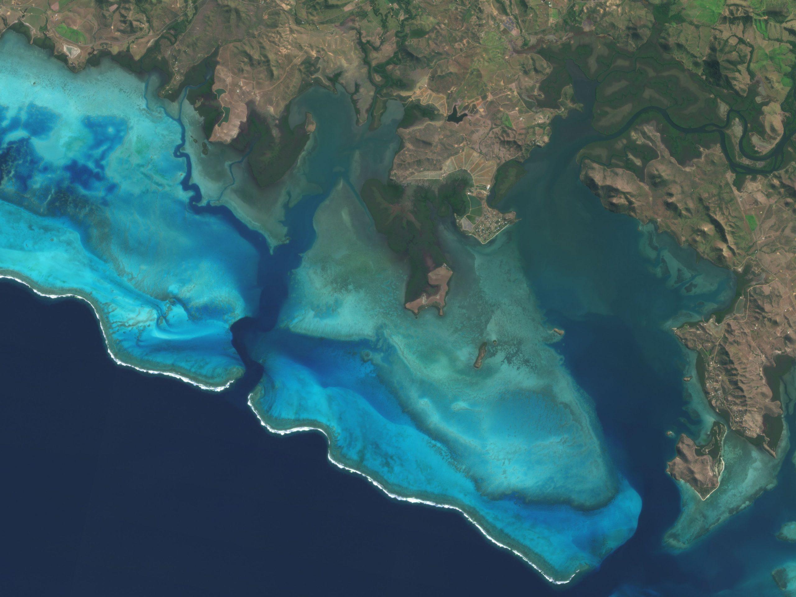 Eine Aufnahme eines Dove-Satelliten von der West-Küste Neukaledoniens. Sie ist Teil des Projektes Allen Coral Atlas zur Riffbeobachtung