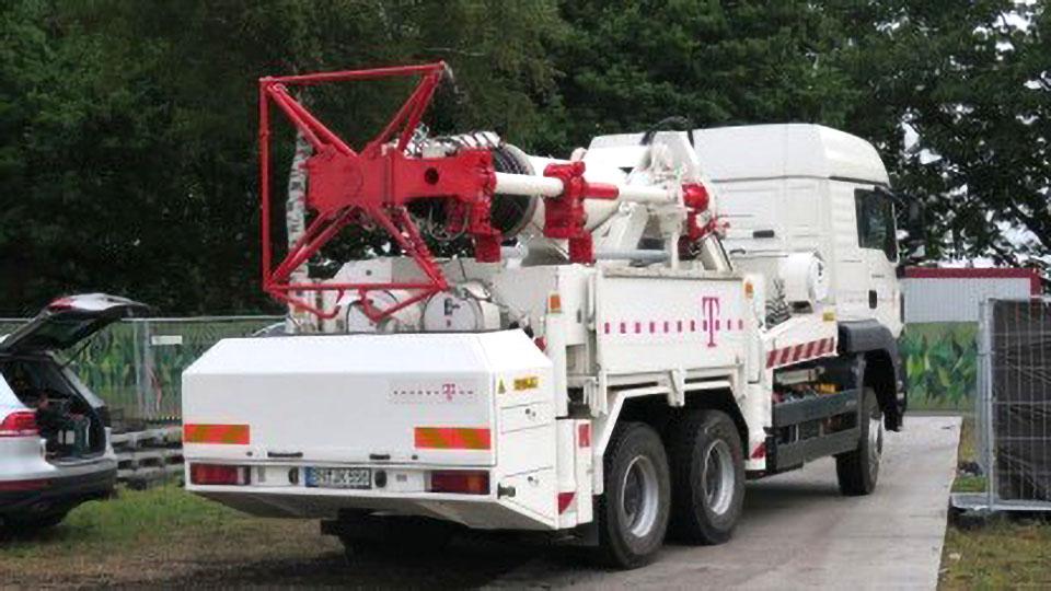Wo ein Mobilfunkturm ad hoc benötigt wird, lässt er sich von speziellen Lkw bereitstellen und aufklappen.