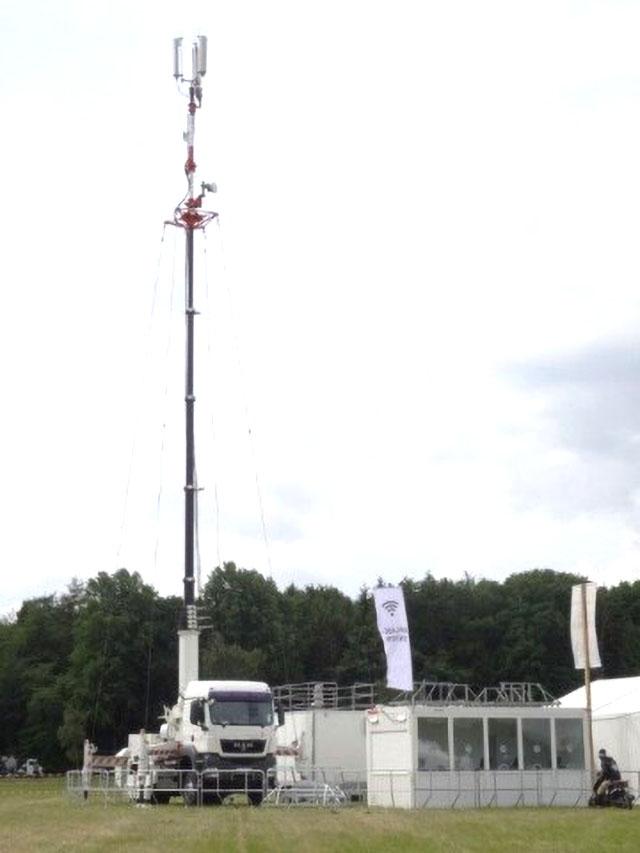 Bis zur vollständigen Wiederherstellung der fest installierten Mobilfunk-Infrastruktur bleiben die mobilen Basisstationen vor Ort.